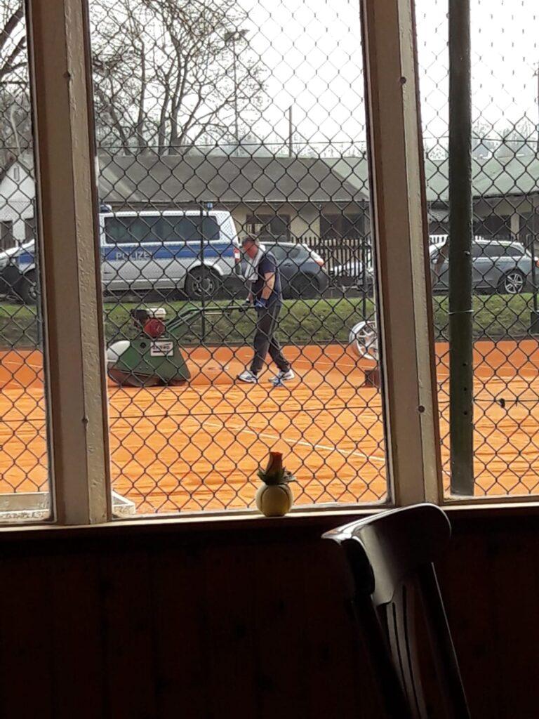 Vorbeitung der Tennisplätze auf die Freiluftsaison mit der Walze