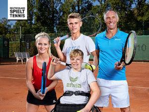 Bild zeigt eine Familie mit Tennisschlägern auf dem Platz