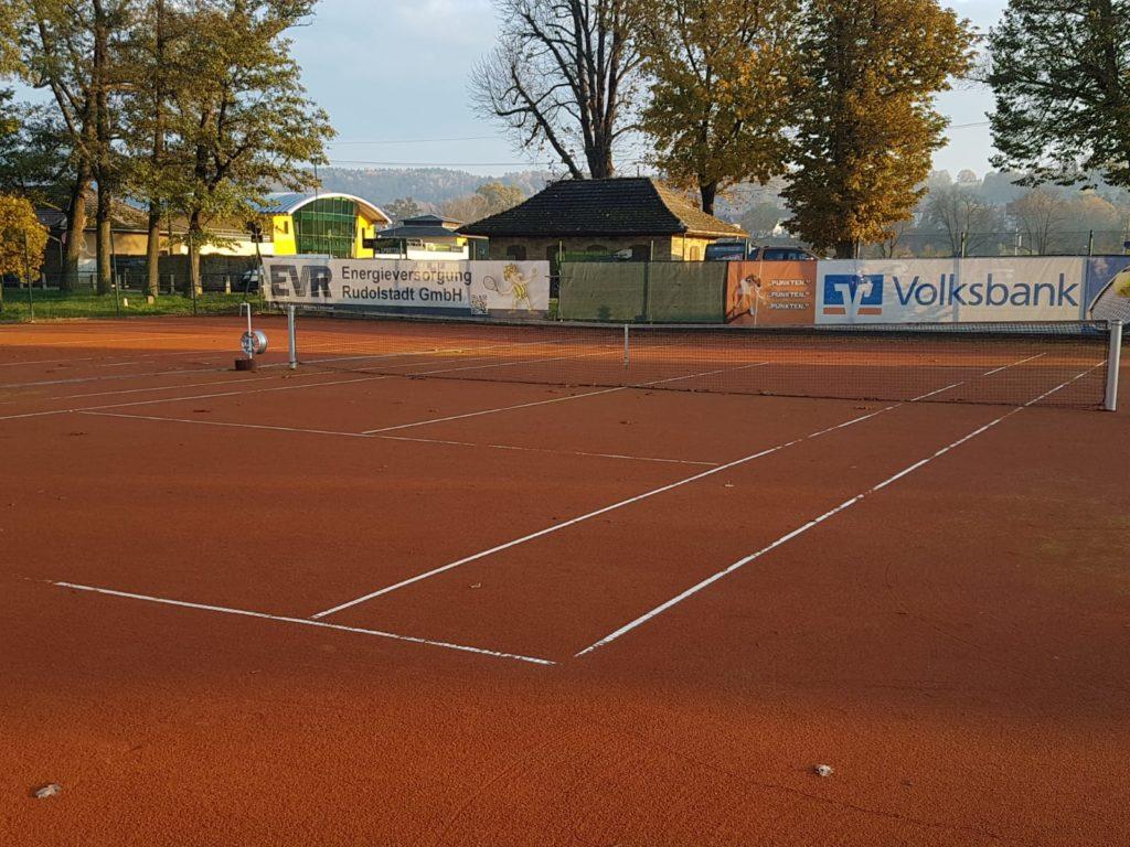 Spätherbstlicher Blick auf den Tennisplatz des TC Rot-Weiß Rudolstadt