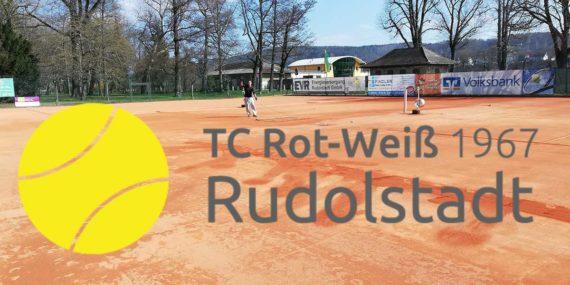 Blick auf die Tennisplätze des TC Rot-Weiß Rudolstadt mit Logo des Vereins