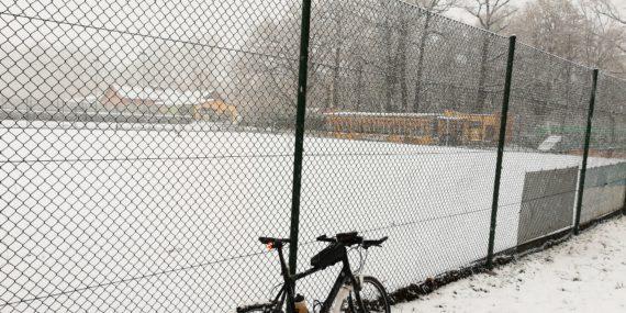 Schneebedeckter Tennisplatz im Heine Park Rudolstadt